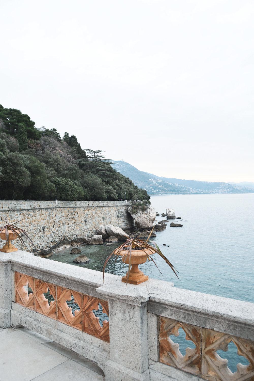 Spaziergang zum Castello - Das Schloss Miramare liegt nördlich von Triest und thront auf einem Felsvorsprung über der Bucht von Grignano. Wir spazierten an der Strandpromenade entlang zum Schloss und gewöhnten uns langsam an die eisigen Temperaturen.