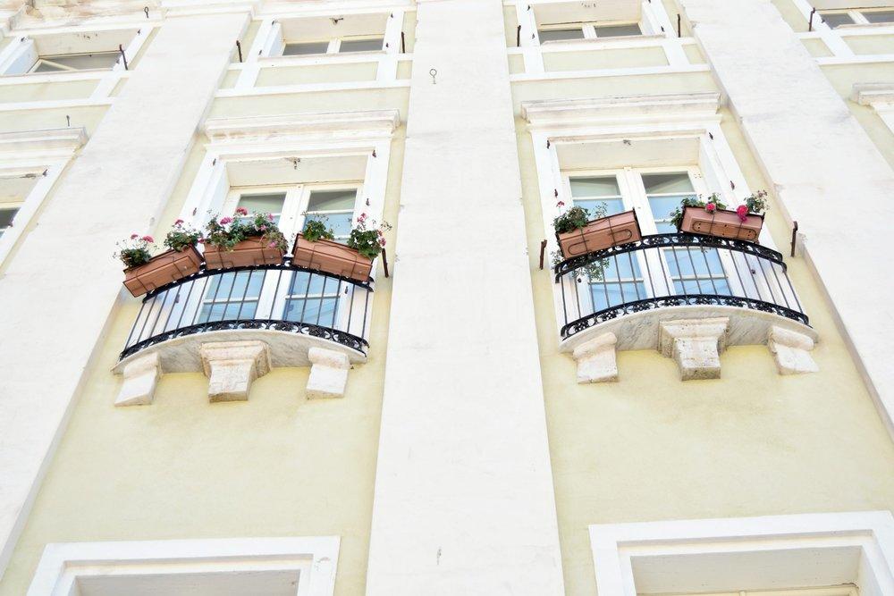 Cagliari - Cagliari's Gassen waren vor allem eng und kunterbunt. Beklemmend wurde es oft, da überall Autos fuhren durften. Deshalb atmeten wir auf, wenn wir endlich wieder blauen Himmel vor unseren Augen sahen – der Ausblick über die Stadt war wirklich wunderschön (die Altstadt befindet sich auf einer Hügelspitze)!