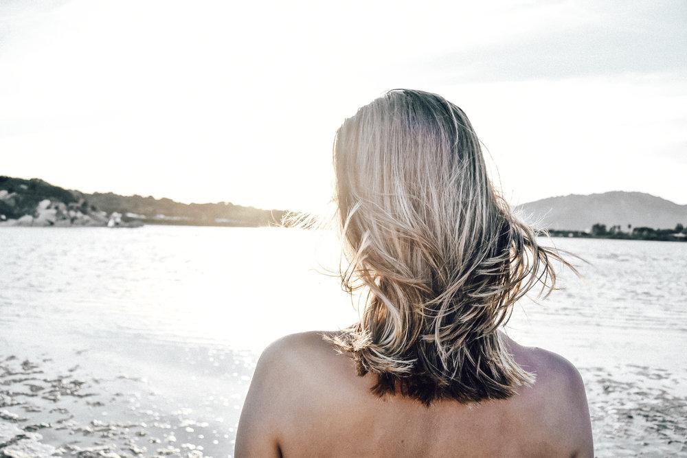shooting bei sonnenuntergang - Die wahrscheinlich tollste Abendstimmung haben wir am Strand von Porto Giunco erlebt. Völlig erschöpft von der Hitze des Tages haben wir es uns hier gemütlich gemacht bis die Sonne sich verabschiedet hat. Bei einem kurzen Shooting habe ich versucht, die Schönheit des Abendlichts so gut wie möglich einzufangen.