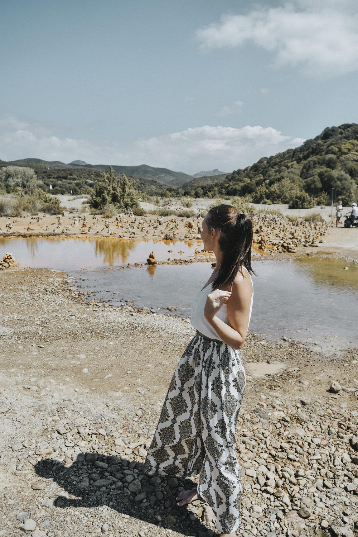 vorsicht, giftig! - Am Weg zur Costa Verde wurden wir Zeuge eines unglaublichen Naturschauspiels. Die Bäche und Flüsse rund um die Costa Verde haben die Farbe der umliegenden Steine angenommen und erscheinen in einem Knallorange. Die Füße kann man getrost hineinhalten, Trinken ist aber strengstens verboten, da das Wasser giftig sein soll. Faszinierend!