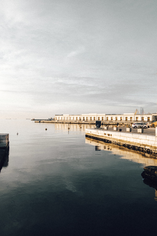 wenn die Stadtin Gelb erstrahlt - Als die Sonne allmählich anfing unterzugehen spazierten wir gemütlich am Hafen entlang zum Canal Grande, einem schiffbarer Kanal-Bootshafen ganz in der Nähe der Piazza dell'Unità. Der Canal Grande ist zwar nicht so spektakulär wie jener in Venedig, der Sonnenuntergang lässt die Boote und das Wasser jedoch in einem einzigartigen Licht erstrahlen. Bereits um 16 Uhr hat sich die Sonne fast ganz von uns verabschiedet – zu diesem Zeitpunkt saßen wir direkt am Hafen, die Füße über dem Ufer baumelnd. Es war windig, sehr kalt und trotzdem der für mich schönste Moment des Tages.