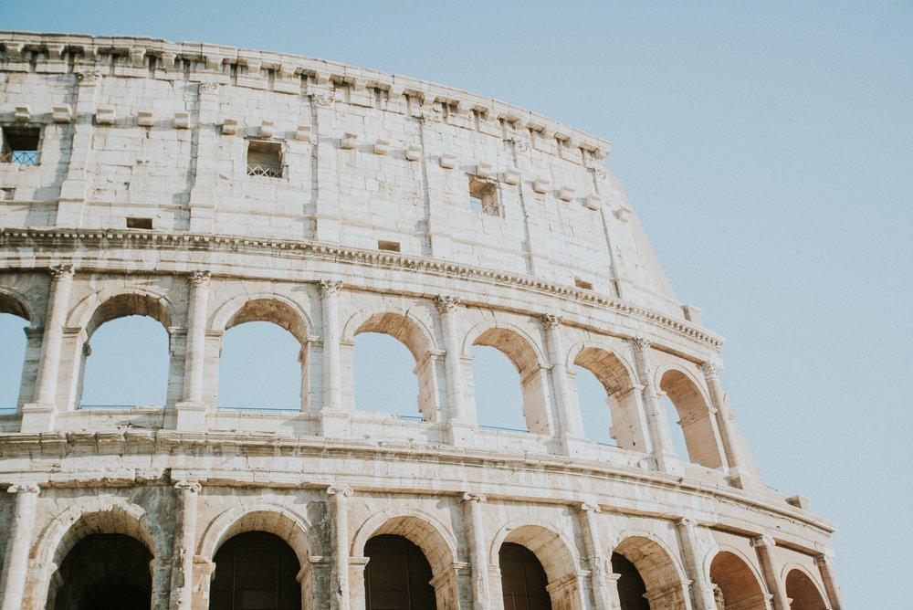 Colloseum - Wir zogen vorbei an den mächtigen Mauern des größten antiken Amphitheaters der Welt –dem Kolosseum – drinnen waren wir beide schon einmal, deshalb ließen wir das Museum bei dieser Reise ausfallen. Aber eines kann ich sagen: wenn mir eine Sehenswürdigkeit unglaublich in Erinnerung geblieben ist, dann ist es hier – das Gefühl sich in einer vollkommen anderen Zeit zu befinden, das Hineinversetzen in die tausenden Zuschauer der Gladiatorenkämpfe, der leichte Schwindel auf den hohen Bühnen; das alles ist den Eintrittspreis und das lange Warten auf alle Fälle wert!Danach nahmen wir uns etwas Zeit, um daseinstige Zentrum Roms zu erkunden, das Forum Romanum. Es ist kaum vorstellbar, dass hier einmal das alltägliche Leben der Stadt herrschte. Die meisten Bauten lassen sich von den Aussichtsplattformen betrachten, die schattigen Plätze sorgen für ein paar erholsame Minuten.