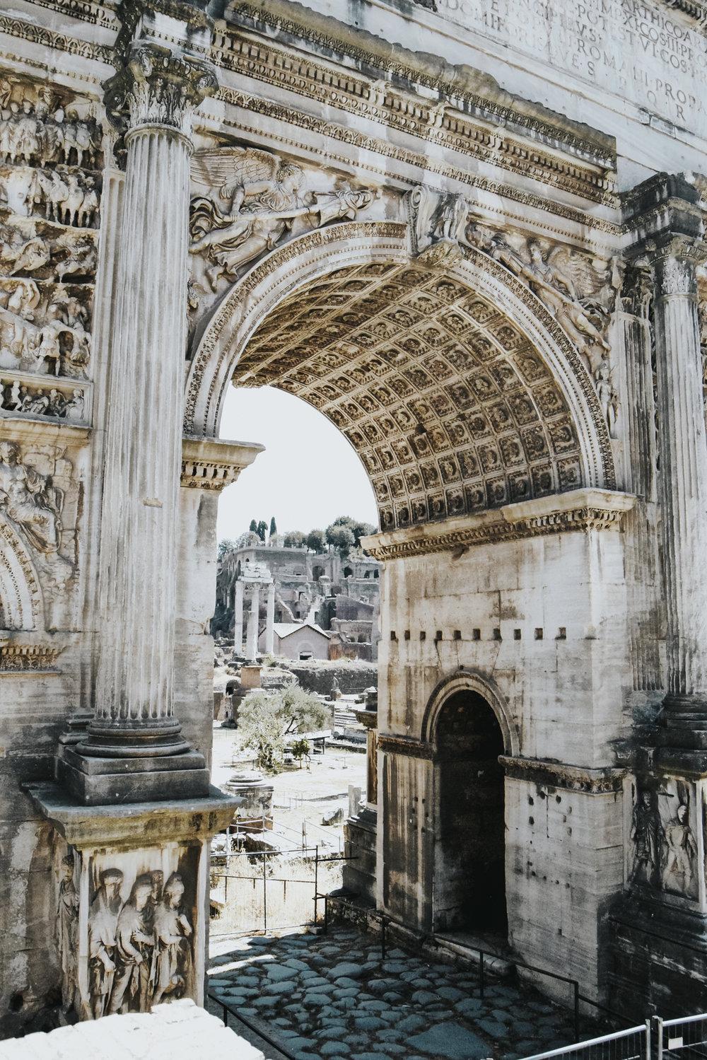 Forum Romanum - Danach nahmen wir uns etwas Zeit, um das einstige Zentrum Roms zu erkunden, das Forum Romanum. Es ist kaum vorstellbar, dass hier einmal das alltägliche Leben der Stadt herrschte. Die meisten Bauten lassen sich von den Aussichtsplattformen betrachten, die schattigen Plätze sorgen für ein paar erholsame Minuten.