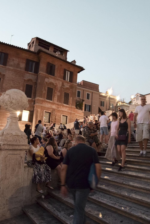 Piazza di Spagna und Drinks am Tiber - Wir fuhren zurück ins Hotel, machten uns fürs Abendessen frisch und suchten uns ein wunderschönes Lokal in der Nähe der Piazza di Spagna.Vor einigen Jahren war ich an der spanischen Treppe zur Mittagszeit und ich muss sagen, dass mir die Abendstimmung hier besonders gut gefällt.