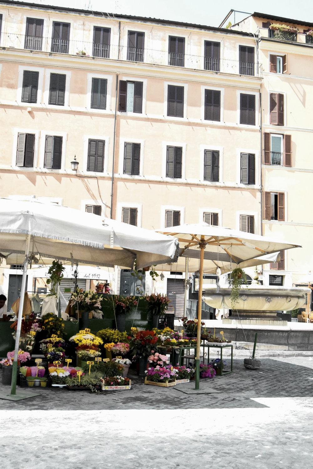 """- Wunderschön zum Verweilen und Schlendern – der Campo de' Fiori; übersetzt bedeutet das so viel wie """"Blumenplatz"""". Und seien wir ehrlich: ein Platz mit dieser Namensgebung kann nur entzückend sein! Zu unserem Glück befinden sich dort sowohl ein paar italienische Restaurants und coole Cafes.Auf einer tiefen Ledercouch sitzend bestellte ich mir einen Cocktail im Taba Cafe,während ein Mann spanische Musik auf seiner Gitarre spielte. Den Platz kann ich euch also absolut ans Herz legen!"""