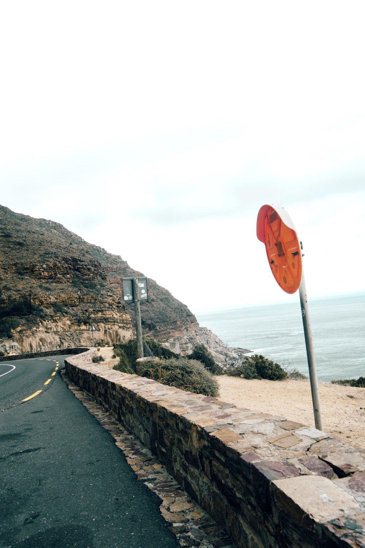- Es war stark bewölkt, aber das störte uns nicht. Ungefähr bei der Hälfte hielten wir kurz an um zu Verweilen - stoppt also sobald es eine Möglichkeit zu Parken gibt! Man muss weder Autofan noch Liebhaber von riskanten Fahrten sein um diesen Punkt von Südafrika genießen zu können. Und es ist ein weiterer Teil von Südafrika, dessen Schönheit sich unmöglich in Bildern festhalten lässt!