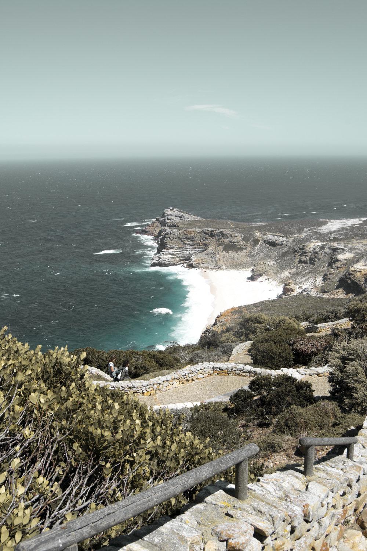 Kap der guten hoffnung - Aber der Cape Point ist weit nicht alles was es in diesem Areal zu sehen gibt. Vom Ausgangspunkt an hat man einen wunderschönen Überblick über das Kap der guten Hoffnung, das inmitten eines 8.000 Hektar großen Naturreservats liegt (Cape Peninsula National Park). Leider haben wir es nicht geschafft bis zum Kap der guten Hoffnung zu wandern, da es Paul an diesem Tag sichtlich schlecht ging (Lebensmittelvergiftung!) und wir unseren Ausflug abbrechen mussten. Würde ich nochmals die Gelegenheit haben, würde ich den 1,5 stündigen Wanderweg auf jeden Fall bestreiten!
