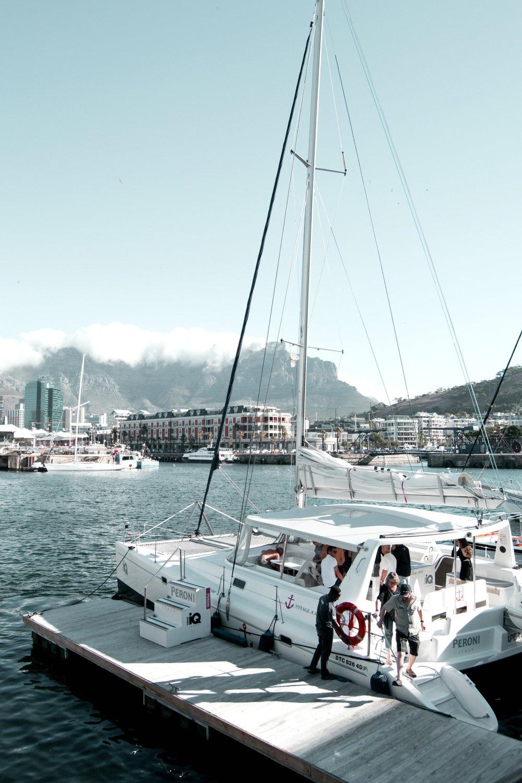 Flanier-meile am atlantik - Die V&A Waterfront, benannt nach Königin Victoria und Prinz Alfred,ist eines der ganz besonderes Highlights mitten in Kapstadt - hier findet jeder das, was ihm gefällt. Wir wurden angezogen von der wunderbar afrikanischen Straßenmusik, dem vielfältigen Angebot an Restaurants (traditionell, amerikanisch, italienisch) und der magischen Sicht auf den Atlantik.