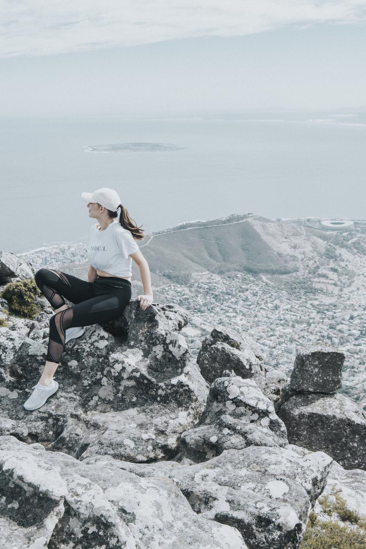 der aufstieg - Ich mag die Natur. Und ich mag das Wandern. Aber der Tafelberg war eine Herausforderung - anstatt sanft und eben zu beginnen, mussten wir von der ersten Minute an über steile Steine und Felsen hinauf klettern. Und das für zwei Stunden. Wir waren schnell, machten wenige Pausen und kamen so recht rasch in einen angenehmen Rythmus. Die erste halbe Stunde war unglaublich hart für mich und machte meinem Kreislauf zu schaffen,. Oben angekommen war aber alles vergessen.