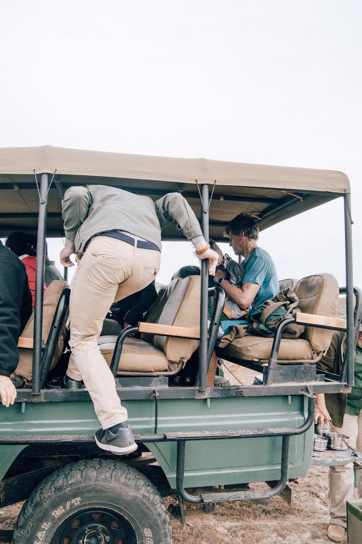 Gut zu wissen - Wie sieht ein typischer Tag auf Safari aus? Ein typischer Tag besteht aus zwei Aktivitäten, einem Game Drive am Vormittag und einem am Nachmittag/frühen Abend. Dazwischen kann man sich bei einer langen Siesta ausruhen. Nach jeder Safari geht es direkt zum Frühstück und Abendessen.Ist eine Safari gefährlich? Natürlich muss man sich stets bewusst sein, dass sich die Unterkünfte in unberührter Natur und mitten im Lebensraum von Wildtieren befinden. Unsere Unterkunft lag in etwa 3 Meter über dem Boden, weshalb wir uns sehr sicher fühlten. Auch während der Safari braucht man keine Bedenken haben, da die gut ausgebildeten Ranger die Tiere und deren Verhalten kennen und bei Gefahr auf aggressives Verhalten ohnehin Abstand halten. Zudem sind die Wildtiere Safarifahrzeuge gewohnt – man muss sich vorstellen, dass die meisten dort lebenden Tiere mehrmals pro Tag einen Geländewagen an sich vorbeifahren sehen. Von daher sind sie an dessen Geruch und Geräusch gewohnt und stufen es nicht als ungewohnte Gefahr ein.