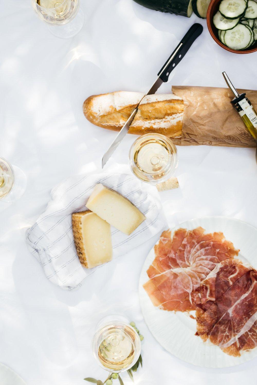 Kulinarik in Barcelona - Tapas und Paella gehören zu den wohl typischsten spanischen Speisen. Gut essen und trinken zu gehen gehört für mich zu den lohnenswertesten Freuden des Lebens. Vor allem im Urlaub kann es sich manchmal als schwierig herausstellen, ein wirklich gutes aber auch leistbares Restaurant zu finden, vor allem wenn man davor keine Stunden auf Google verbringen möchte. Deshalb surfe ich immer gerne bereits vor meinem Urlaub ein bisschen im Netz und informiere mich über tolle Lokale.