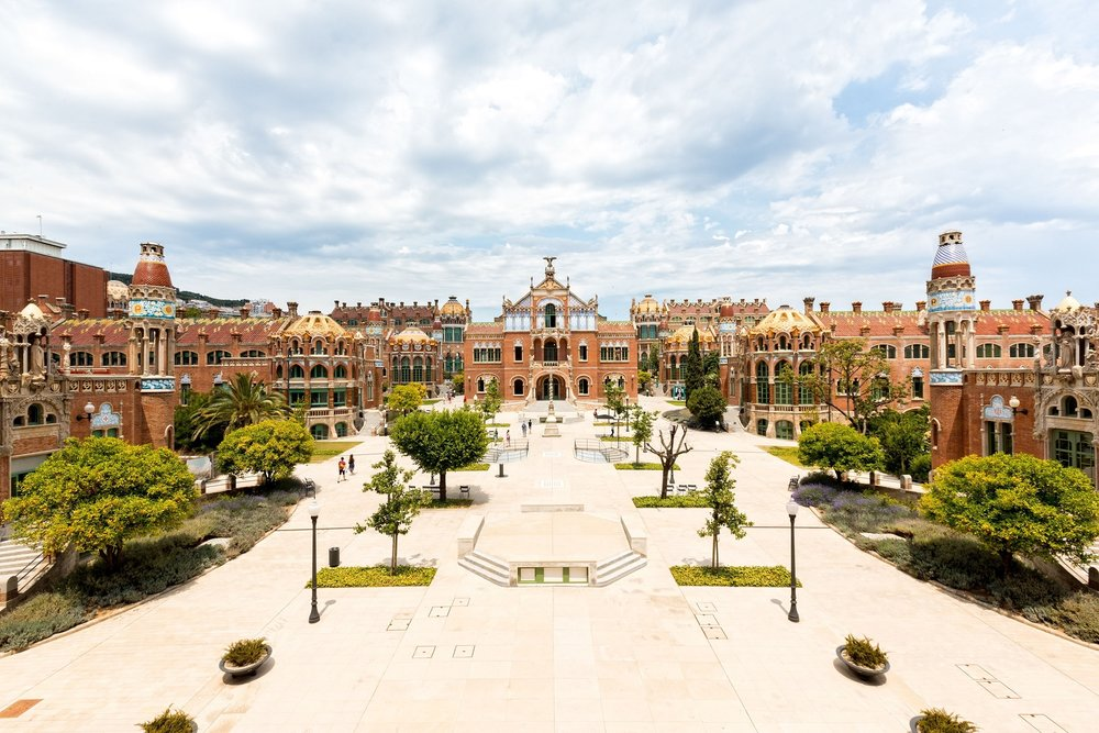 Hospital de Sant Pau - Das Hospital de la Santa Creu i Sant Pau ist einer der wenigen Orte in Barcelona, der noch nicht von Touristenmassen überflutet ist – obwohl sich das alte Krankenhaus nur unweit der Sagrada Familia befindet und zu den größten und schönsten Bauwerken der Stadt zählt. 1902 von dem Architekten Lluís Domènech i Montaner errichtet, wird das modernistische Gebäude heute nicht mehr als Krankenhaus benutzt und dient als Stätte für Kongresse und Events.