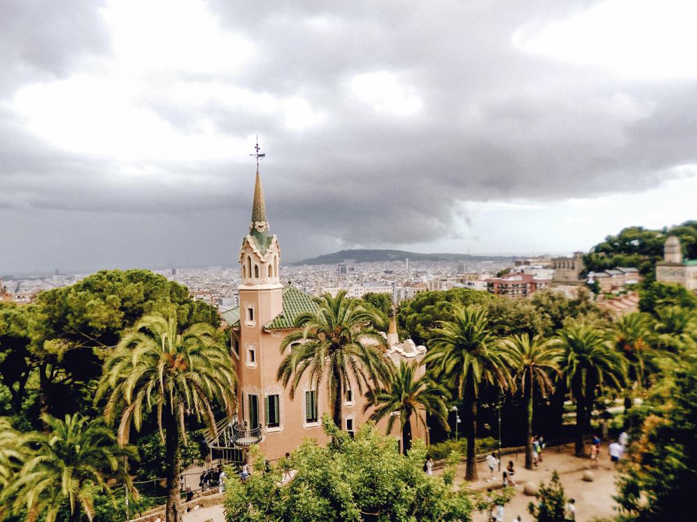 park güell - wunderwerk von Gaudí - Die herrliche Parkanlage (UNESCO Kulturerbe) wurde, wie so viel Schönes in Barcelona, von Antoni Gaudí gestaltet und liegt etwas außerhalb im Norden von Barcelona. Ursprünglich hätte die riesige Gartenanlage eine Siedlung für Wohnungen werden. Wie gut, dass daraus nichts geworden ist und der Park für Besucher ganzjährig offen ist! Am besten zwei Stunden dafür einplanen und an einem Sommertag ins Kühle flüchten.