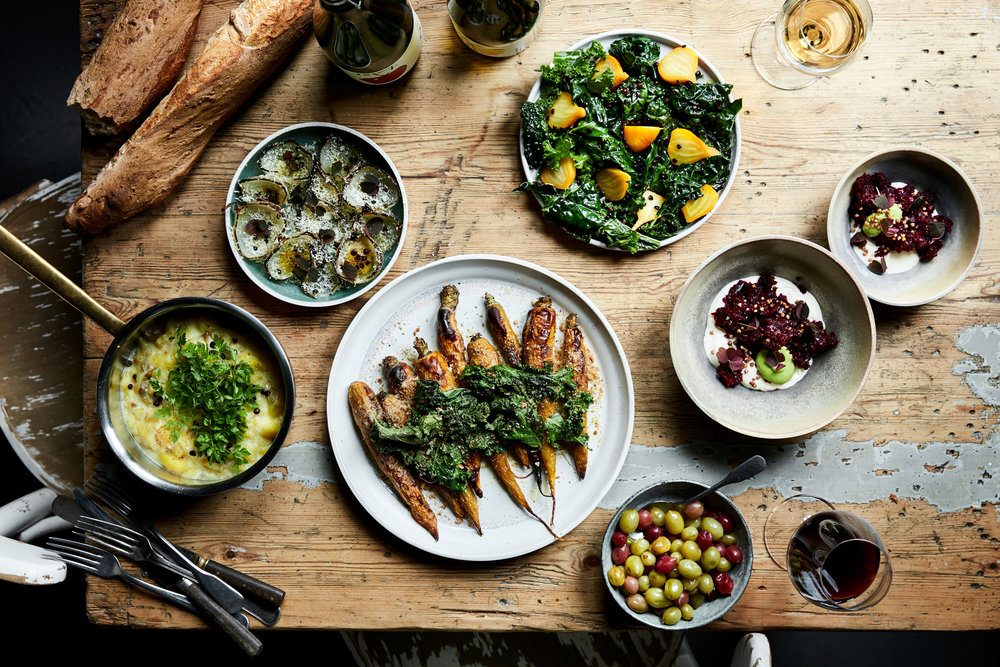 Vores family style menu består af en række retter, som deles ved bordene i fade og skåle. Egner sig perfekt til afslappet social dinning og kan også leveres som buffet. Du kan enten få det leveret lige til at anrette eller få en af vores kokke til at stå for opsætning og anretning på fade. Vi kan også stå for hele afviklingen af middagen med den sidste tilberedning.