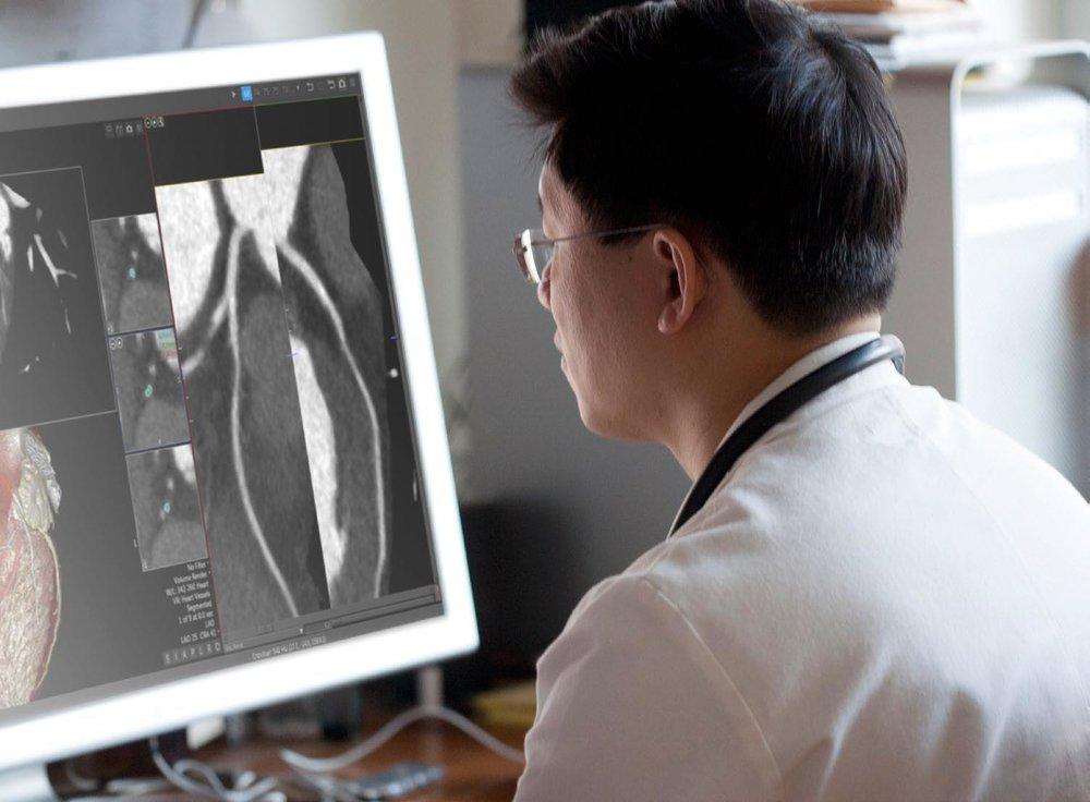 術前規劃 - 使用高精度OMaker 3D列印機輸出1 : 1模型,讓外科醫師在執行手術前實際了解病灶結構與範圍,並預先規劃手術路徑或製作手術器具,嚴重的顏面骨折也可在模型上預先塑型骨板,輔助精準執行手術並節省術中調整時間,降低風險,縮短病患術後復原時間,提高手術成功率。促進醫病溝通效率,提升病患知情同意認知。