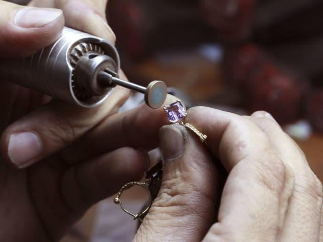 珠寶 - 應用於專業脫蠟鑄造工法,針對珠寶客製化市場開發專用樹脂,OMR-06類蠟樹脂擁有超高燃盡率,其極低的加熱膨脹特性,不易因膨脹而導致加熱過程石膏崩裂,即能進行完美燒鑄,不費您吹〝灰〞之力。 OMR-05堅硬樹脂具不易斷裂特性,故亦可應用於矽膠、橡膠翻模鑄造,可滿足翻模時對材料的硬度需求,讓珠寶細節不易因翻模製作過程而受損。