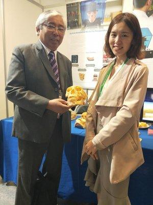 菲律賓醫師Dr. Mario E. Esquillo(左)透過與三益海棠OMaker合作的臨床案例分享,引起現場的討論熱度不斷