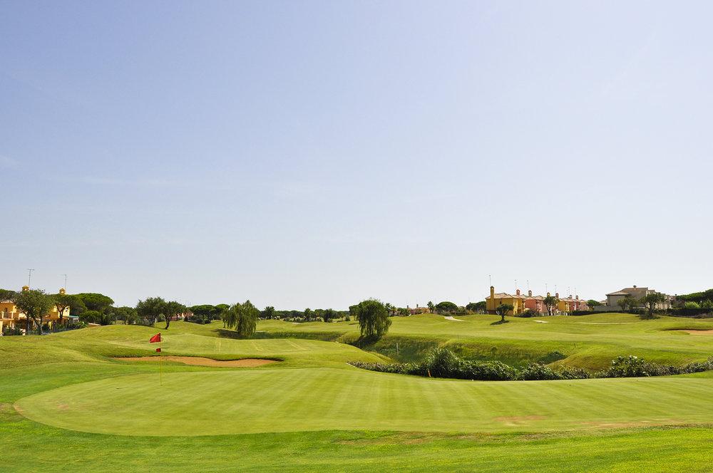 MANUEL PIÑERO - El Campo de Golf Sancti Petri Hills Golf está diseñado por el Campeón de Golf MANUEL PIÑERO (Campeón de España de Profesionales, Campeón del Mundo por equipos, Campeón del Mundo Individual, Jugador del equipo Europeo de la Ryder Cup, Vicecapitán del equipo europeo de la Ryder Cup.), y construido por la empresa Target Ingenieros.