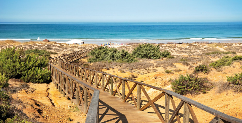 LA BARROSA ET SANCTI PETRI - The beach of La Barrosa stretches along eight kilometers of fine sand, from the islet of Sancti-Petri, to the Puerco towLa plage de La Barrosa s'étend sur huit kilomètres de sable fin, de l'îlot de Sancti-Petri à la tour Puerco.La Barrosa bénéficie du drapeau bleu des plages propres d'Europe depuis que ce prix a été institué. Cette belle plage est considérée comme l'une des meilleures de la côte andalouse, pour la finesse et la propreté de son sable, pour la clarté de ses eaux et pour les belles dunes et falaises qui caractérisent sa zone vierge. 1 km DE NOTRE DOMAINE