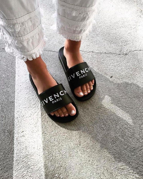 GIVENCHY<br>Logo slides