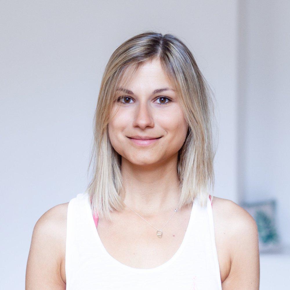 """Mia   Mia ist die Gründerin von Das Yogaprojekt. Neben ihrer Tätigkeit als Yogalehrerin hat Mia das Doktoratsstudium im Bereich der Neurowissenschaft abgeschlossen.   """"Im Rahmen meiner Doktorarbeit habe ich erforscht, wie sich Stress auf das Gehirn auswirkt. Das Paradoxe daran war, dass ich in dieser Zeit selbst sehr unter Druck stand und nach einem Ausgleich gesucht habe. So bin ich zum Yoga gekommen. Als naturwissenschaftlicher Geist war ich am Anfang skeptisch. Doch schon nach kurzer Zeit fühlte ich mich viel weniger gestresst und einfach rundum glücklich.""""   Interessiert an den Hintergründen, beschäftigte sich Mia mehr und mehr mit Yoga und wie es auf Gehirn und Körper wirkt. Mittlerweile ist Mia als Leiterin des Yogaprojektes damit beschäftigt, das wertvolle Wissen aus dem Labor auf die Yogamatte zu transportieren."""