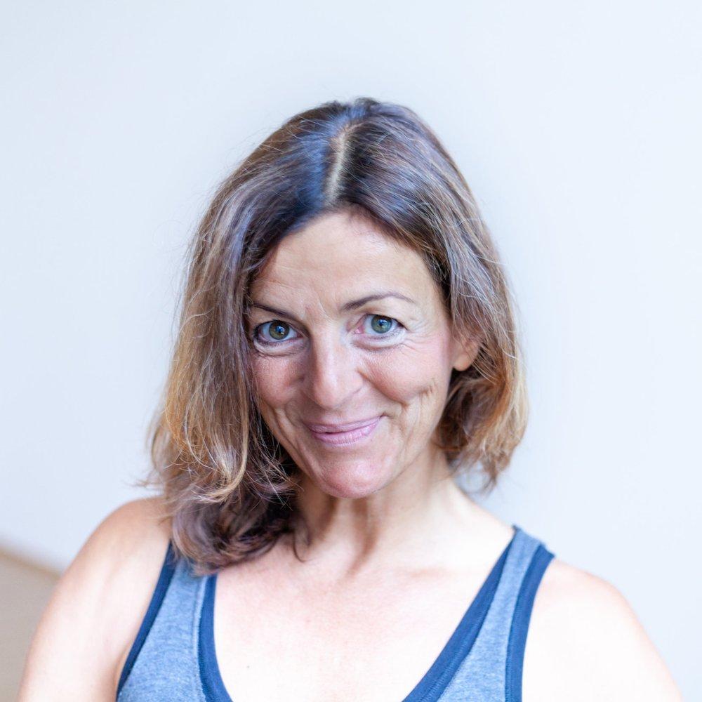 """Martina   Martinas Yogageschichte hat 2005 begonnen und seit damals ist Ashtanga Yoga ein fixer Bestandteil ihres Lebens: """"... in den allerersten Stunden noch als 'Fitnessprogramm' für meinen Körper. Doch schon bald wusste ich, wie gut Yoga auch meiner Seele tut. Denn je mehr ich übe, meinen Körper zu öffnen, umso mehr öffnet sich auch mein Herz. Und mit offenem Herzen ist das Leben einfach schöner!""""  Die studierte Landschaftsarchitektin hat sich vor einigen Jahren dazu entschieden, eine Yogalehrer-Ausbildung zu absolvieren und ihren """"Herzens-Beruf"""" auszuüben. In Martinas Klassen, die besonders liebevoll gestaltet sind, zeigt sie den SchülerInnen ihr Potential und ihre Möglichkeiten auf, sowohl körperlich als auch geistig.   Ihre Freizeit verbringt Martina am liebsten mit ihrem 5-jährigen Sohn, mit dem sie die Welt in der Natur, beim gemeinsamen Singen, Kochen und Lachen neu entdeckt."""
