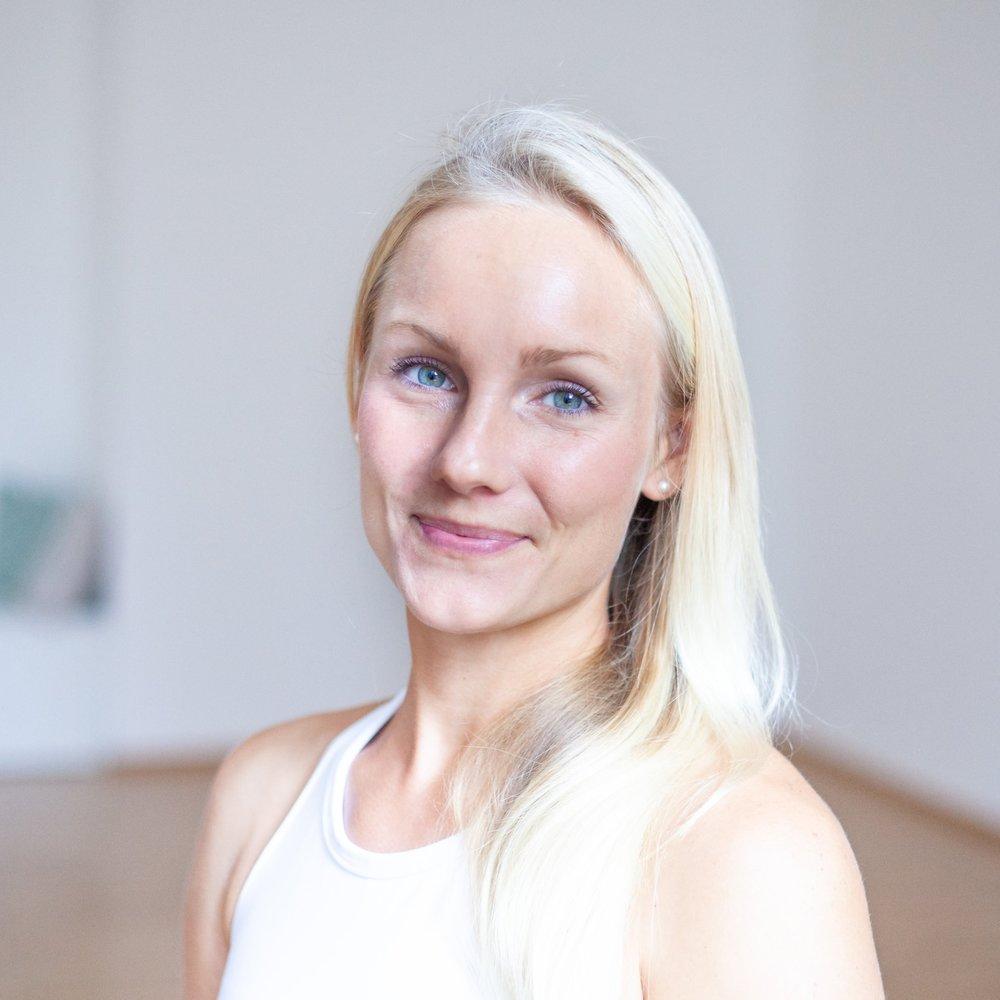 """Audrey   Audrey hat ihre erste Yoga-Klasse vor einigen Jahren besucht und war danach wie """"mit Yoga infiziert"""". Schon bald wusste sie, dass sie mehr wollte und entschied sich, die Yogalehrer-Ausbildung in Indien zu absolvieren. Danach hat sie mehrere Monate die Welt bereist. Bis vor kurzem hat sie in Sydney gelebt und dort Yoga unterrichtet und als Personal Trainerin gearbeitet.  """"Yoga bedeutet für mich, meinem Herzen zu folgen und das zu tun, was mich glücklich macht!""""  Durch Audrey's Liebe zu Yoga hat sie unzählige weitere Fortbildungen besucht und unter anderem ein 500h Yoga-Teacher-Training in Bali und die Ausbildung zur Kinderyogalehrerin abgeschlossen.  In ihrer Freizeit liebt Audrey das Abenteuer und erkundet die Welt am liebsten beim Reisen. Neben Yoga und Reisen ist Audrey's dritte Leidenschaft das Laufen, denn für sie ist es der perfekte Weg um """"den Kopf zu leeren""""."""