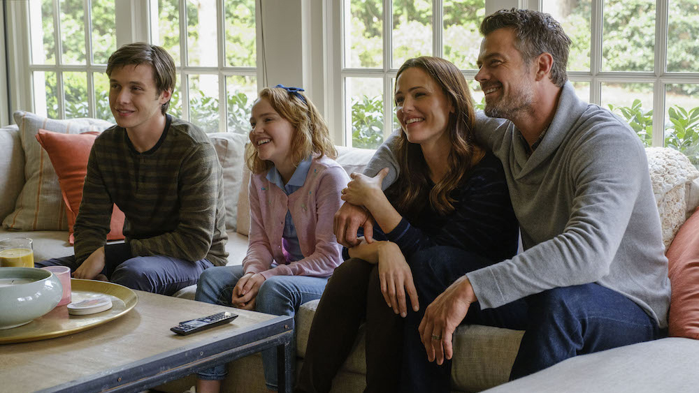 Nick Robinson,   Talitha Bateman (Simon's sister), Jennifer Garner and Josh Duhamel as Simon's parents