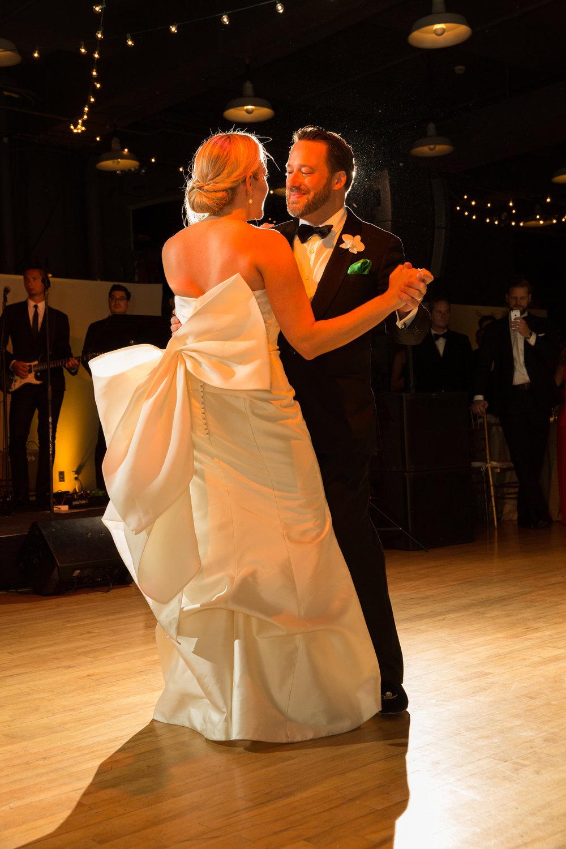 couple-dancing-museum-reception