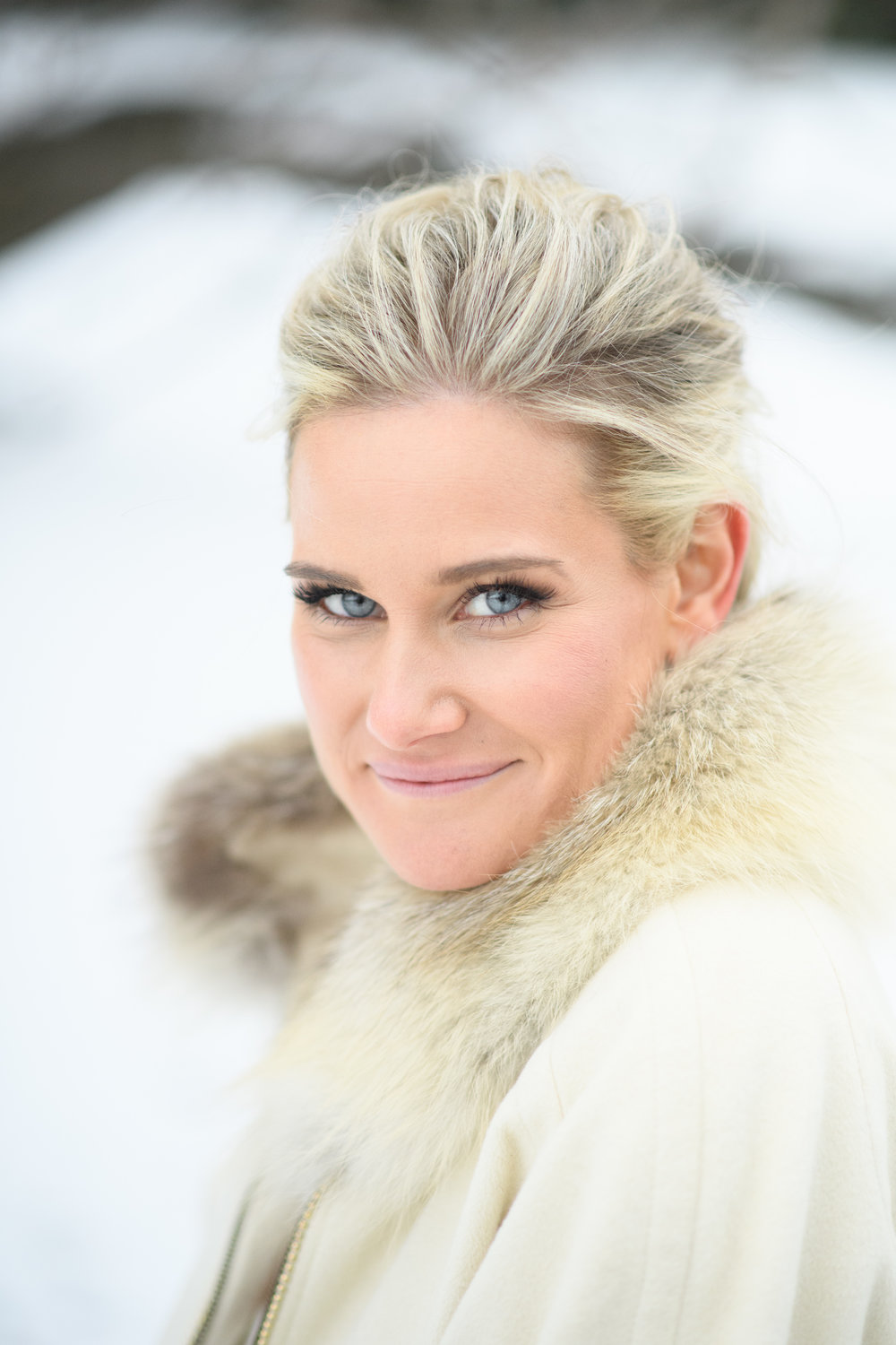 winter-wedding-cream-white-fur-snow