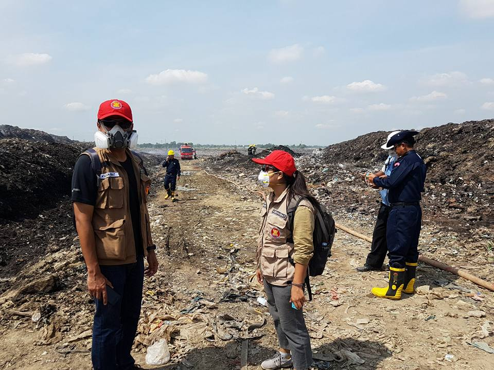 Youth assisting at the Yangon Dumpsite incident Area with ASEAN-ERAT members in Hlaing Thar Yar Township, Yangon, Myanmar.