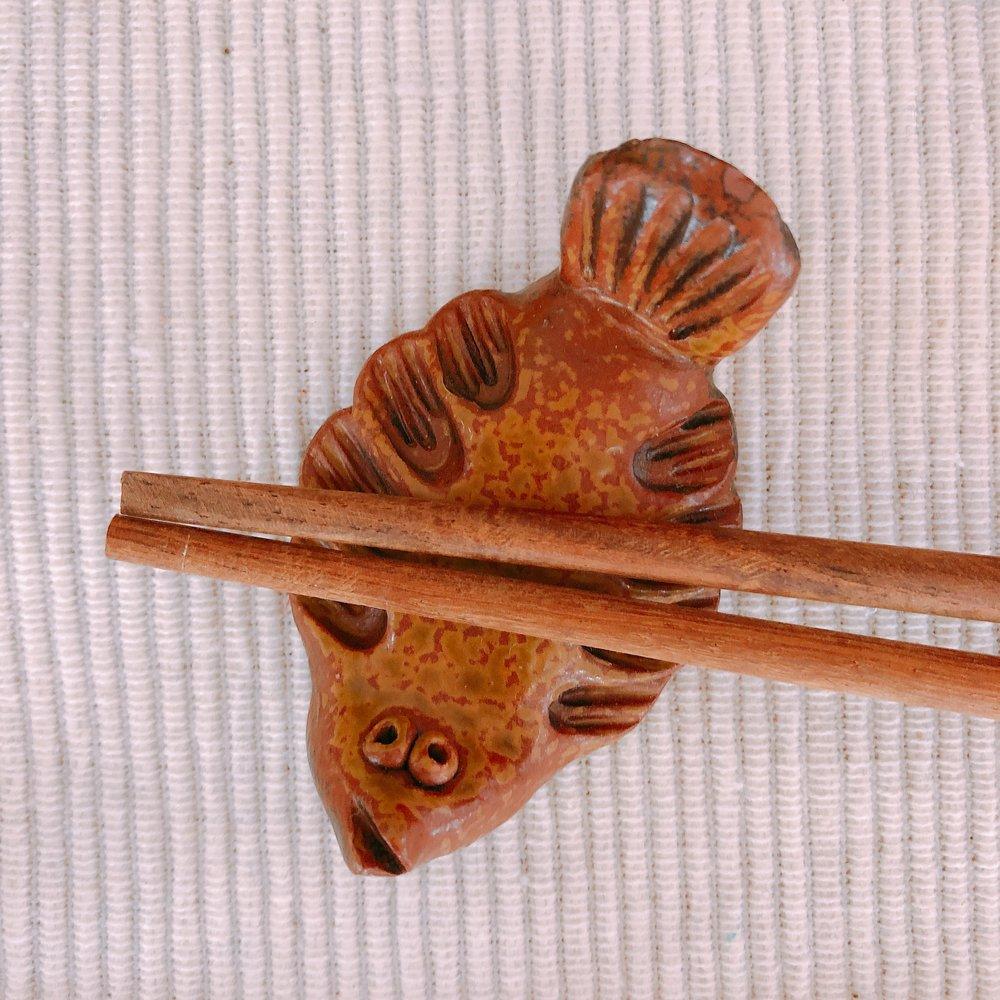 椿屋陶芸館 表情がかわいい魚の箸置き