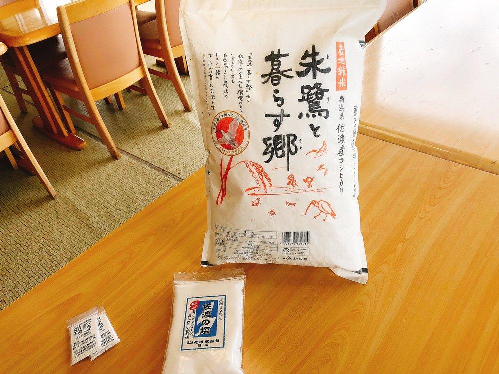 おにぎりに使うお米「朱鷺と暮らす郷」とミネラル豊富な佐渡の塩