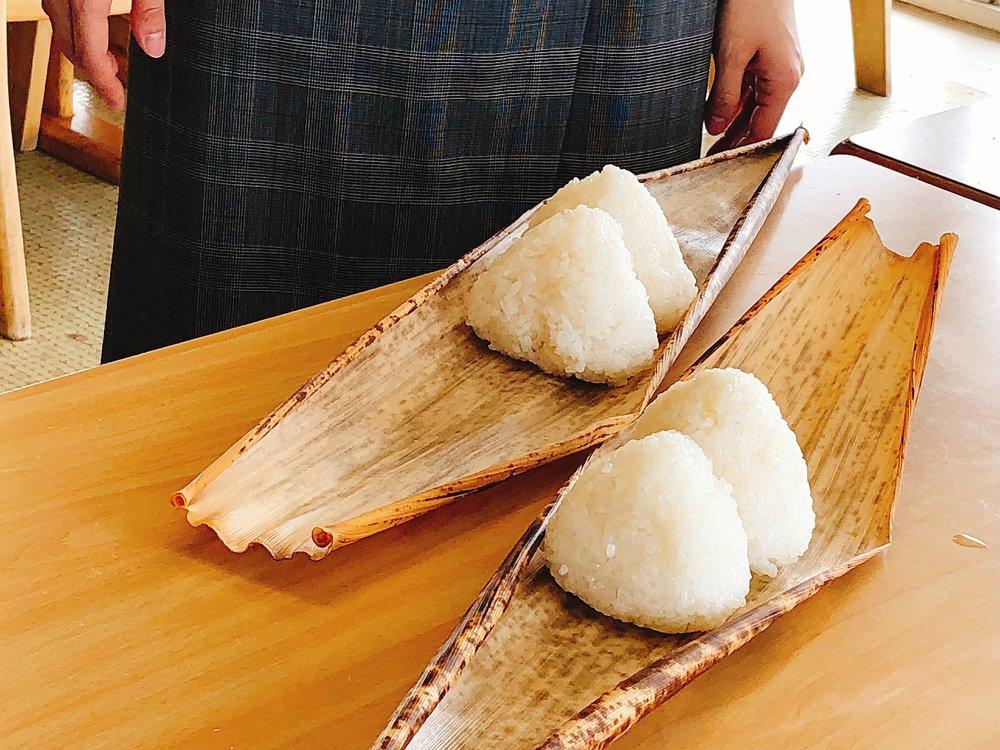 日本昔ばなしに出てきそうなおにぎり弁当の完成