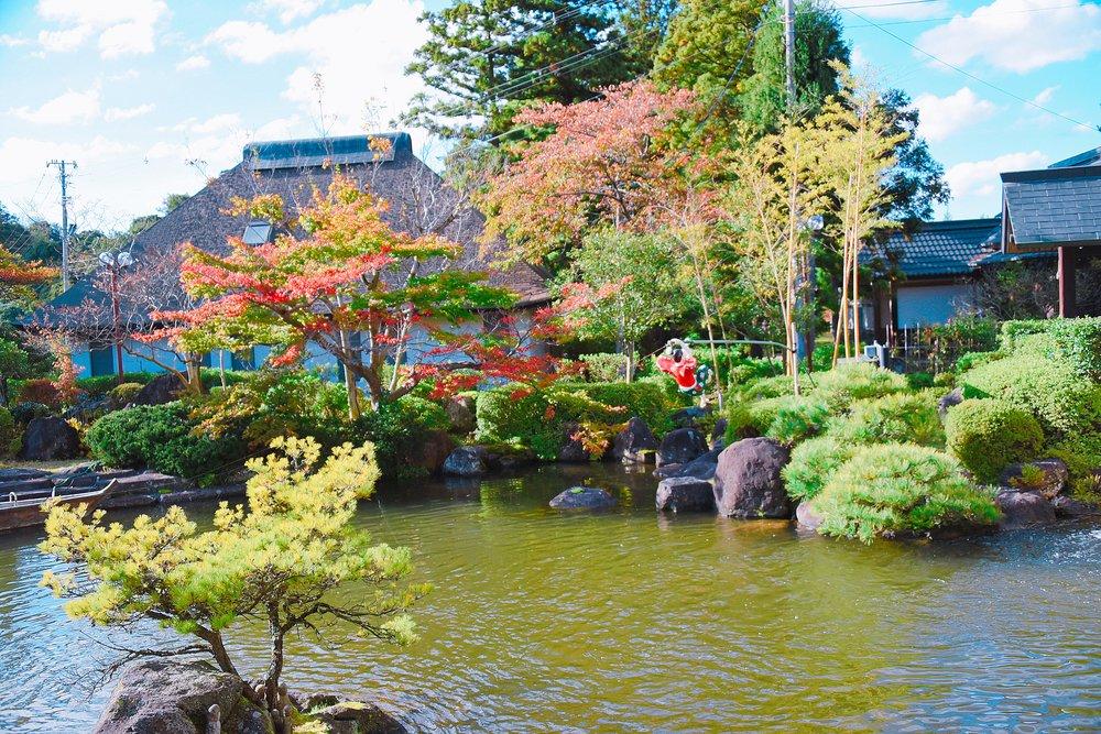 日本庭園で遊ぶ謎の子ども