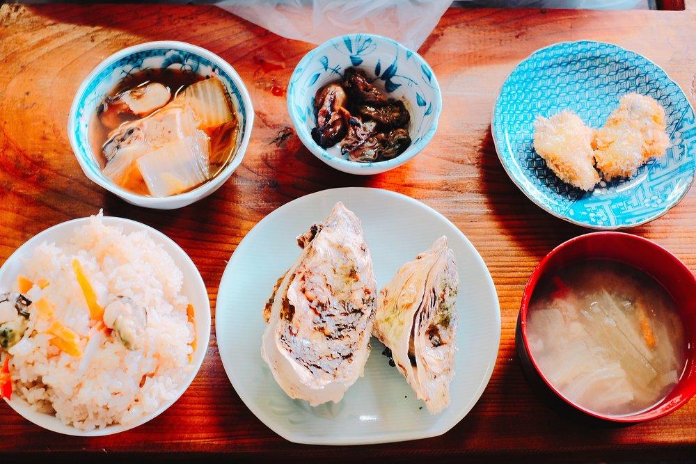 蒸し牡蠣・牡蠣ご飯・牡蠣汁・牡蠣の佃煮・カキフライ(左上の小鉢はこの日のみ)