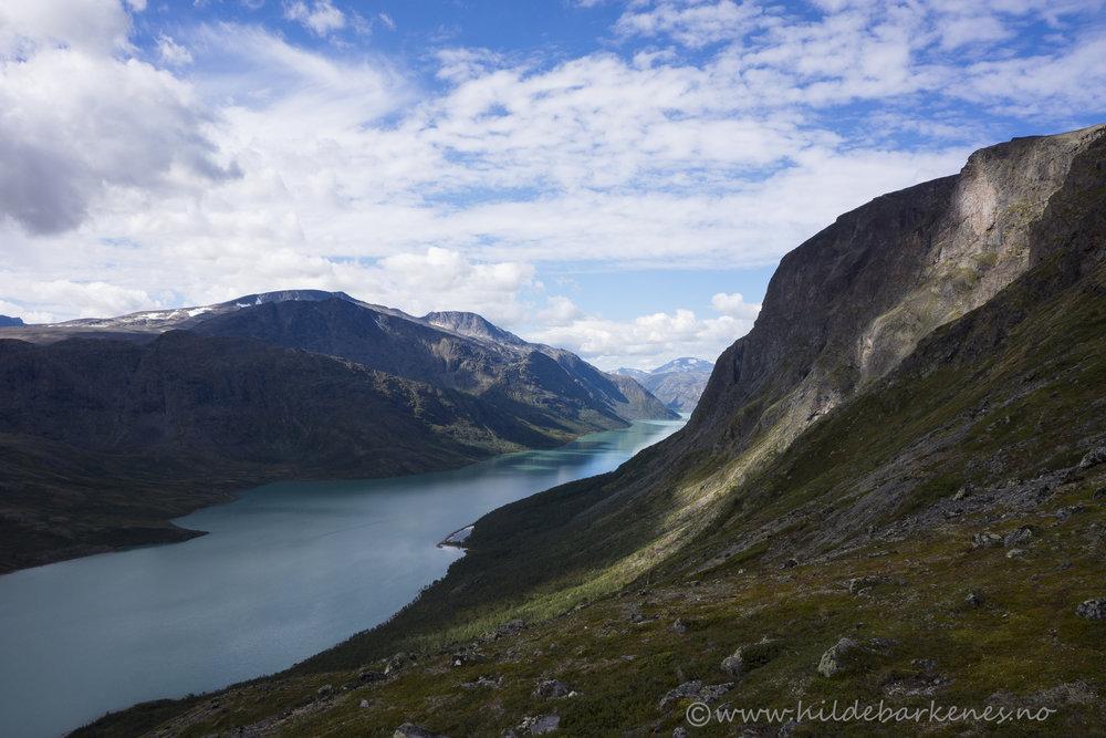 Naturens egen lyskaster i fjellveggen, på vei opp til Veslefjell