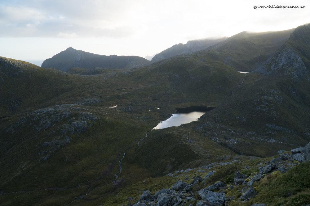 Langt der nede så vi stien vår, og lag på lag med fjell i horisonten. Vakkert!