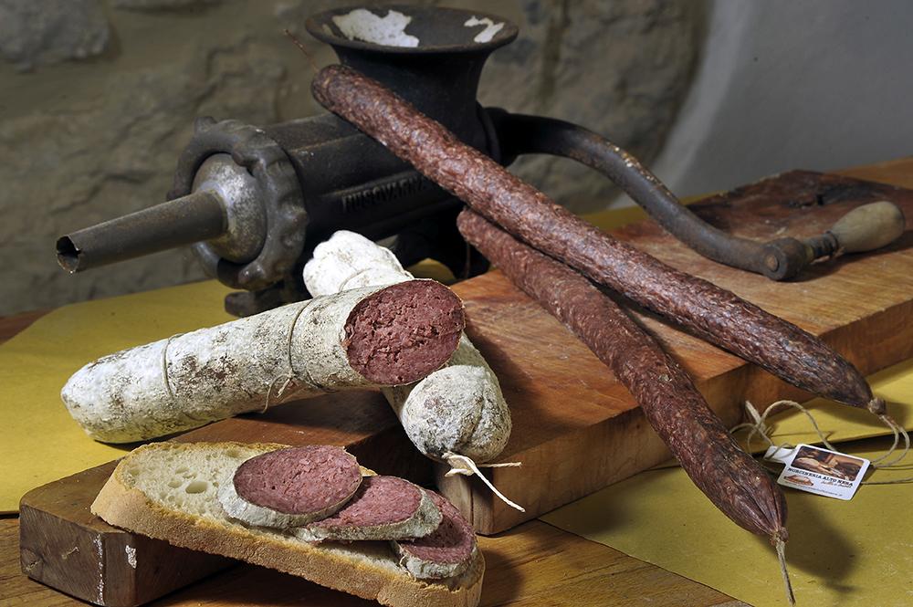 SALAME al FEGATO - Descrizione: stesso impasto del salame morbido ma con aggiunta di Fegato.