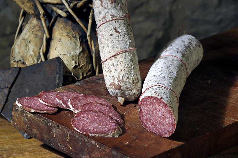 SALAME CASTELLANO - Descrizione: Stesse caratteristiche del salame tipo Fabrianocome tagli di carne (spalla ,coscio di maiale con l'aggiunta di lardo fatto a cubetti), solo che è un prodotto interamente macinato fine insaccato in budella naturali.