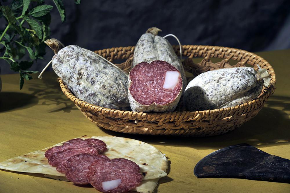 COJONI DI MULO - Descrizione: Caratteristico salame originario delle montagne abruzzesi ottenuto con tagli magrissimi di maiale leggermente affumicato e speziato il cui nome deriva dalla forma esteriore.