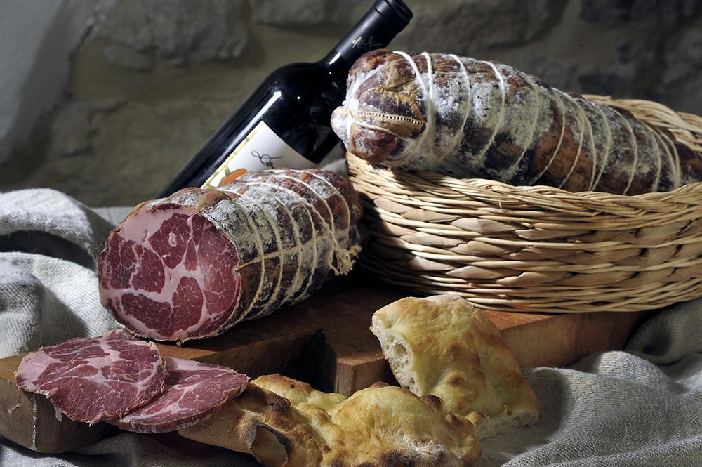 CAPOCOLLO - Descrizione: ollo del maiale salato e speziato come da tradizione (anche nella versione aromatizzata) con fiore di finocchio insaccato in bondiane naturali e legato manualmente a spago.