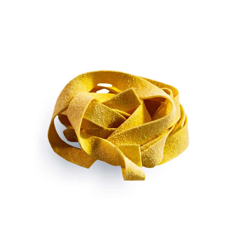 PAPPARDELLE - Descrizione: Pasta all'uovo essiccata. Le Pappardelle essiccate all'uovo, rappresentano l'essenza della consistenza. La particolare lavorazione, lenta ed attenta, dalla fase dell'impasto a quella dell'essiccazione, rendono questo prodotto un must-have in ogni casa e nelle attività di ristorazione, catering e banquetting. Provala con un delizioso sugo di selvaggina o di cacciagione.Ingredienti: Semola di grano duro, uova pastorizzate (28%), sale.Tempo di cottura: 5,30-6 minutiModalità di conservazione: Conservare in luogo fresco e asciutto, lontano da fonti di calore. Shelf-life: 24 mesi.