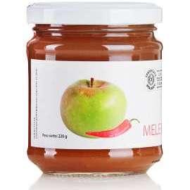 CONFETTURA DI MELA ROSA E PEPERONCINO  - Descrizione: Antica varietà di melo coltivata nell'area pedemontana dei Monti Sibillini. La sua buccia è un serbatoio di pectine, la sua polpa un concentrato di antiossidanti. Il peperoncino contiene vitamine ed enzimi, svolge un'azione antiossidante ed emodinamica.Ingredienti: mela rosa bio, zucchero di canna bio, succo di limone bio, peperoncino bio.