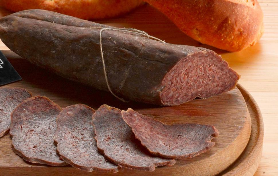 IL PALOMBINO DI FEGATO - Descrizione: Salame dal sapore intenso ottenuto dalla lavorazione del fegato del maiale, miscelato con il lardo, insaccato nel budello naturale e fatto stagionare con sale e pepe.Stagionatura: 30 giorni.Ingredienti: carne di suino, grasso di suino 40% min., fegato di suino (min. 20%), sale, destrosio, aromi naturali, pepe, aglio, vino.