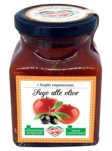 SUGO ALLE OLIVE - Descrizione: Solo il sapore dei dolcissimi pomodori coltivati nelle nostre campagne marchigiane sotto il sole, insieme al gusto e alla croccantezza delle olive verdi e nere lasciate intere. Preparato secondo tradizione. Senza l'aggiunta di conservanti, ne coloranti. E' un sugo fresco e mediterraneo pronto per avvolgere di sapore la tua pasta.Ingredienti: Polpa di Pomodoro 67%, Olive Nere 15%, Olive Verdi 15%, Olio Extra Vergine di Oliva, Sale Marino Iodato, Capperi, Aglio, Prezzemolo, Basilico, Peperoncino secco. Il prodotto può contenere parti di noccioli.Consigli per la Preparazione: Pronto all'uso. Ideale con la pasta fresca e secca il sugo è pronto da versare direttamente sulla pasta appena scolata. Per esaltare il sapore degli ingredienti si consiglia di scaldarlo a fuoco lento o nel microonde dopo aver aperto il vasetto. Ottimo anche per condire pizza, carni, pesce e crostini.
