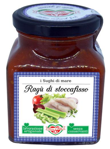 RAGÙ DI STOCCAFISSO - Descrizione: Solo il sapore dei dolcissimi pomodori, coltivati nelle nostre campagne marchigiane sotto il sole, uniti al tipico stoccafisso Preparato secondo tradizione marinara. Senza l'aggiunta di conservanti, ne coloranti. Pronto per avvolgere di sapore la tua pasta.Ingredienti: Polpa di Pomodoro 65%, Stoccafisso Gadus Morthas 20%, Cipolla 3%, Carota, Sedano 2%, Olio Extra Vergine di Oliva, Capperi, Peperoncino, Vino Bianco, Sale Marino Iodato.Consigli per la Preparazione: Pronto all'uso. Ideale con la pasta fresca e secca, il sugo è pronto da versare direttamente sulla pasta; si consiglia di saltare la pasta con un po' d'acqua di cottura per 2 minuti circa. Per esaltare il sapore degli ingredienti si consiglia di scaldarlo a fuoco lento o nel microonde dopo aver aperto il vasetto. Ottimo anche per condire pizza, e crostini.