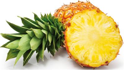 Ananas - Descrizione: L'ananas, frutto molto carnoso, succoso e aromatico, si presenta come una pigna di grandi dimensioni con una sommità costituita da un ciuffo di foglie verde scuro. La polpa di colore giallo, contiene al centro un fusto fibroso non commestibile. È rivestita da una scorza marrone, giallastra o verde, formata da placchette fuse tra loro. Può pesare fino a 5 kg.Stagionalità: Si trova in tutte le stagioni, perché viene importato da paesi nei quali cresce tutto l'anno.Proprietà: Il frutto contiene un enzima proteolitico: la bromelina, sostanza che accelera il metabolismo, oggi usata per la produzione di farmaci antinfiammatori. La bromelina viene però distrutta dal calore, quindi non è presente nelle marmellate e nelle crostate, dove l'ananas viene cotto, oppure nell'ananas in scatola. L'ananas ha un effetto diuretico: combatte la ritenzione dei liquidi ed è un buon digestivo e possiede una azione antinfiammatoria sui tessuti molli. Viene inoltre usato nelle terapie contro la cellulite. L'ananas è ricco di potassio e di vitamine. Contiene inoltre principi attivi che riducono la vasodilatazione e l'eccessiva permeabilità dei capillari.