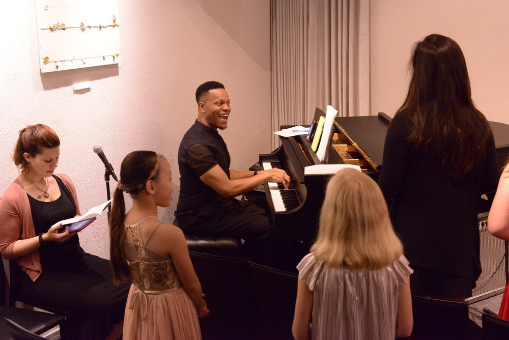 Body N Voice Lessons - Body N Voice のレッスンは1回1時間です。最初の30分は 発声法を学び、残りの30分は 唱法を活用しながら歌のレッスンをします。曲の選択は、生徒自ら選択するか、先生の勧めた曲から選ぶことができます。体験レッスンは¥5,000。