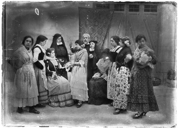 Julián COLLADO. Representación de un pasaje de La Gitanilla por alumnas de la Escuela Normal de Maestras de Albacete. 1916.  AHP. Albacete. F. Julián Collado